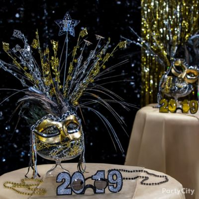 Elegant Mask Centerpiece Idea
