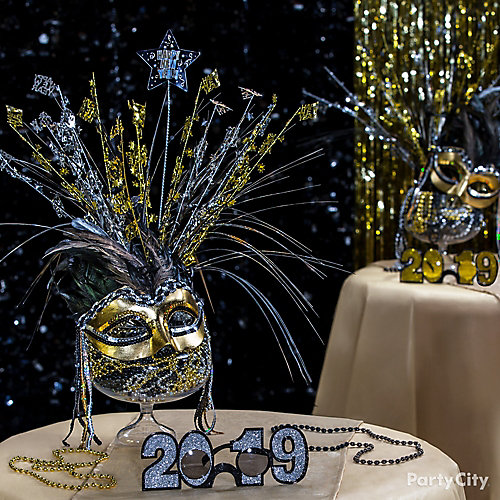 Elegant Mask Centerpiece Idea